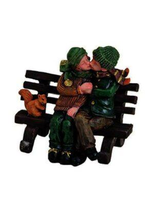 Bozkávajúci sa pár na lavičke