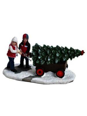 Deti ťahajúce na káričke vianočný stromček