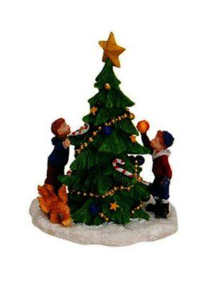 Deti zdobiace vianočný stromček